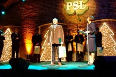 Wręczenie nagród laureatom przez Waldemara Pawlaka.