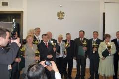 Laureaci konkursu wraz z marszałkiem Senatu RP Bogdanem Borusewiczem.