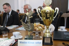 Puchar konkursowy wraz ze statuetką.