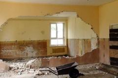 Rozbiórka ścianki działowej sal lekcyjnych.