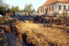 Wykonanie fundamentów pod łącznik/nowe skrzydło prowadzące do obiektu gimnastycznego.
