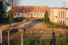 Wykorzystanie ziemi z placu budowy do zasypania nieużywanego zbiornika wodnego