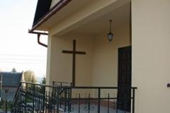 Krzyż misyjny przy głównym wejściu.
