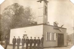Załoga Ochotniczej Straży Pożarnej w Bukowie przed remizą w 1966 r..