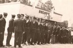 Załoga Ochotniczej Straży Pożarnej w Bukowie przed remizą w 1966 r.