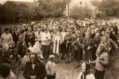 Mieszkańcy wsi na uroczystości prymicji.