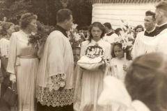 Wianek w kształcie biretu wykonany przez mieszkańców Bukowa dla księdza prymicjanta.