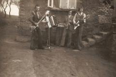 Dom Gasińskiego - miejsce spotkań i prób zespołu muzycznego GJPOK w składzie: Wiesław Klimas (saksofon), Jan Bularz (gitara solowa), Paciorek Stanisław (gitara basowa), Ludwik Wątor (akordeon), Gasiński Bogusław (perkusja)
