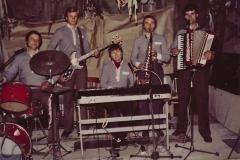 Na zdjęciu zespół o stałym składzie przez kilka lat